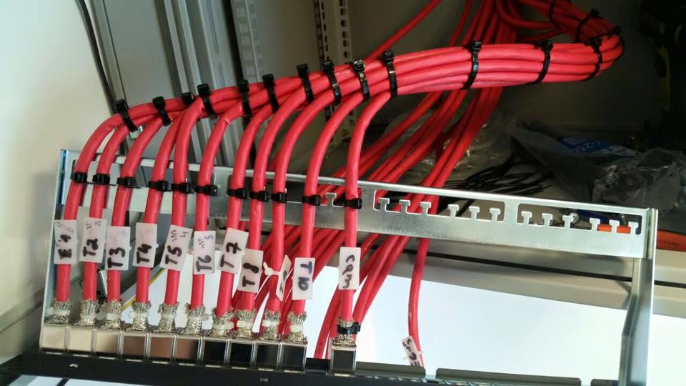 חיווט מערכות מתח נמוך מקצועי בארונות תקשורת