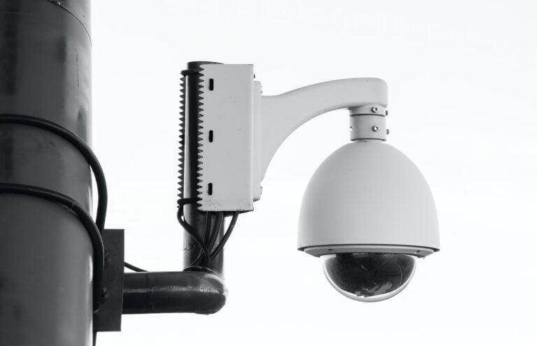 מתקין מצלמות אבטחה בעכו