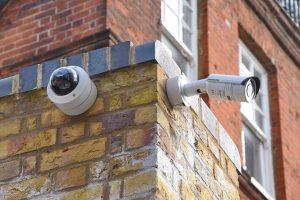 מצלמות אבטחה מותקנות בבית על הקיר בחוץ