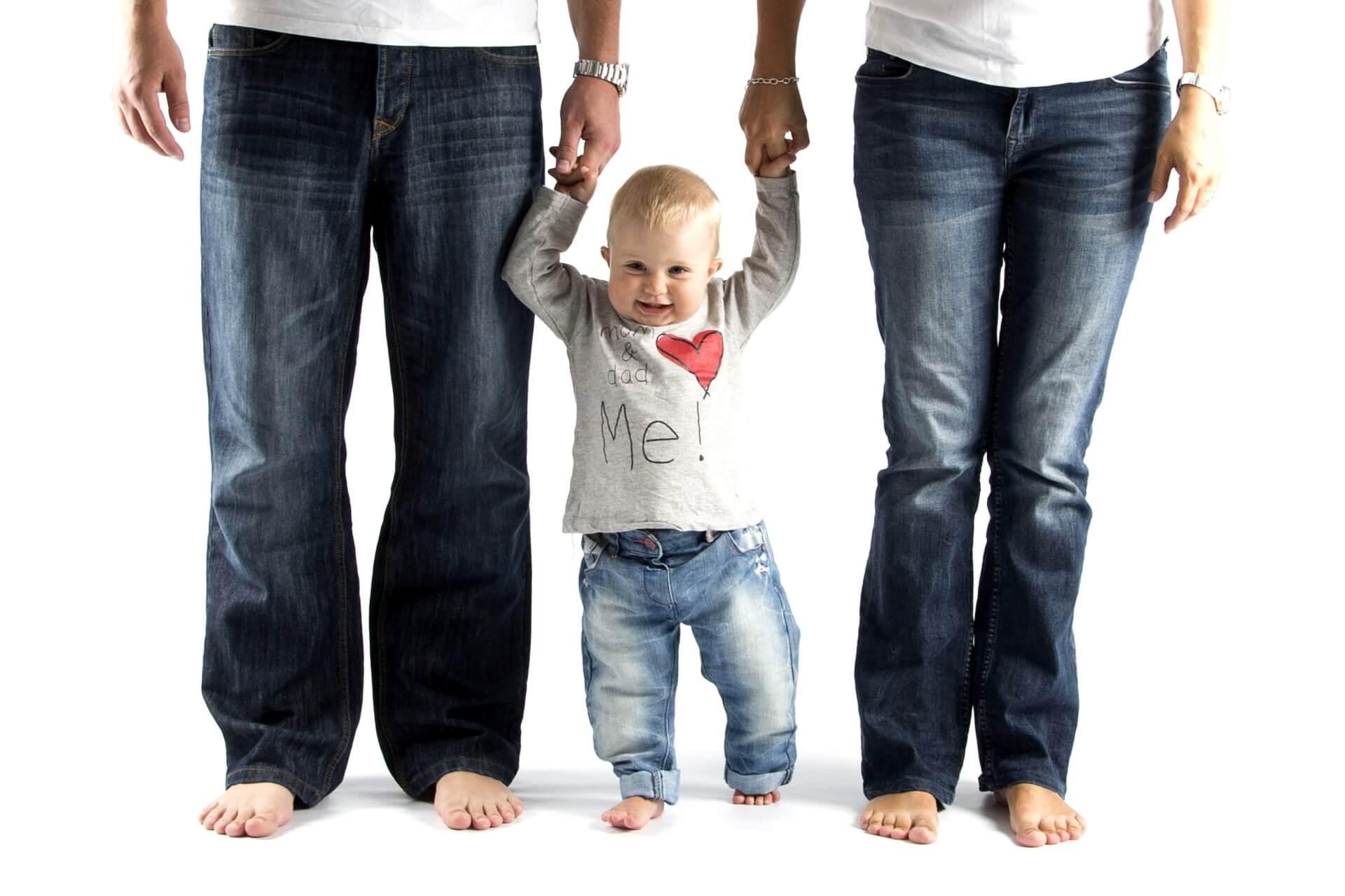 הורים ותינוק - התקנת מערכת בית חכם