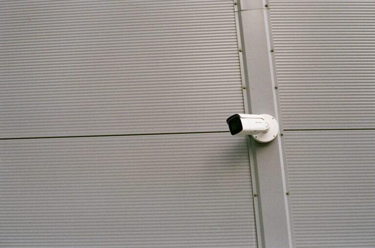 מתקין מצלמות אבטחה בלוד