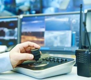 מערכות בטיחות לעסק - מאבטח עם מצלמות PTZ בעסק ומכשיר קשר