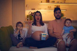 משפחה רואה סרט קולנוע ביתי
